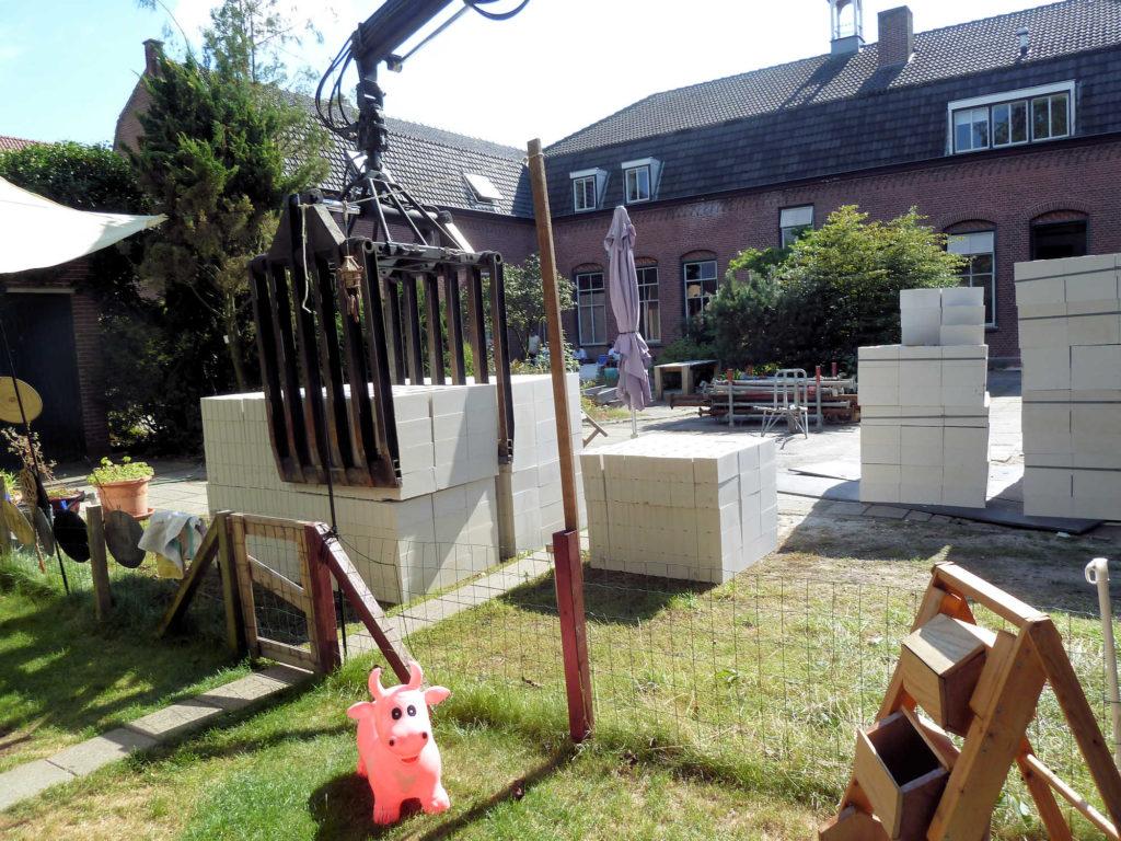 kalkzandsteenblokken voor de woningscheidende wanden, die tweemaal 15cm. dik worden met 4cm. luchtspouw