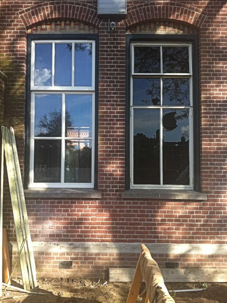 uod en nieuw naast elkaar: links een nieuw houten raam, rechts een oud stalen raam